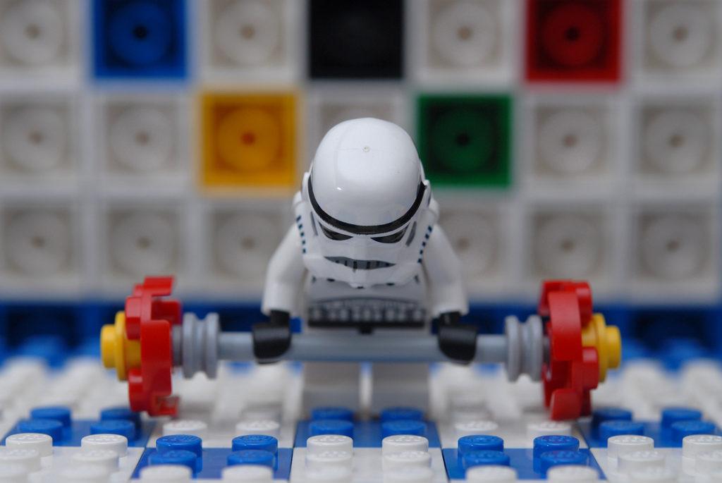 Gantere sau kettlebell: ce să alegi pentru antrenamente la sala de sport și acasă